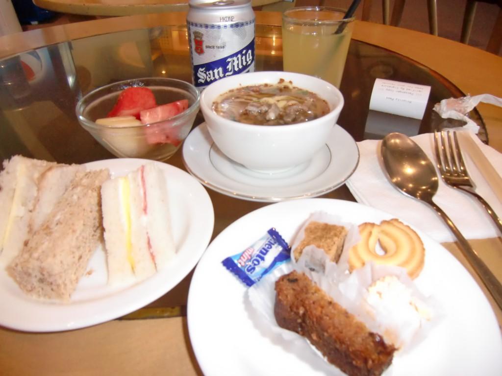 温かいヌードル、スープ、お粥、サンドイッチ、パン、ケーキ、フルーツ、お菓子類