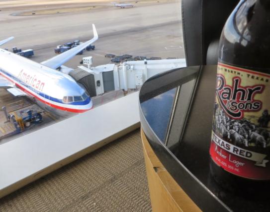 ダラス空港ラウンジで軽食を取ってのんびりと