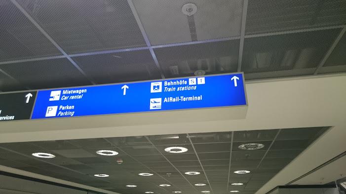 フランクフルト空港駅への案内