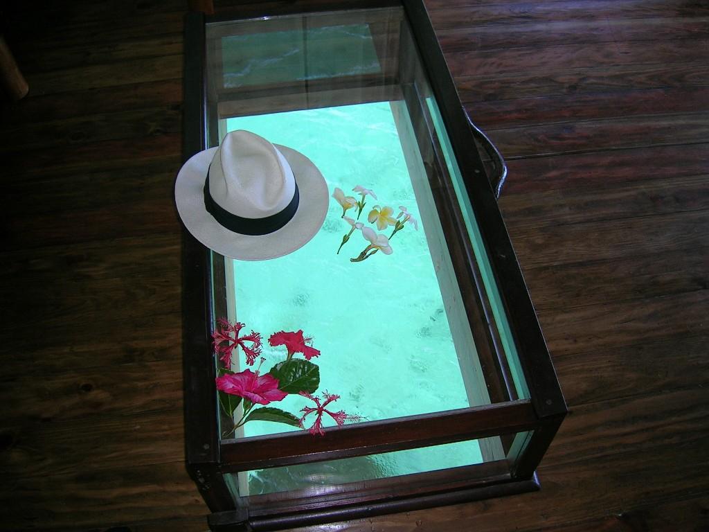 再訪を約束したリゾートの部屋のガラステーブル
