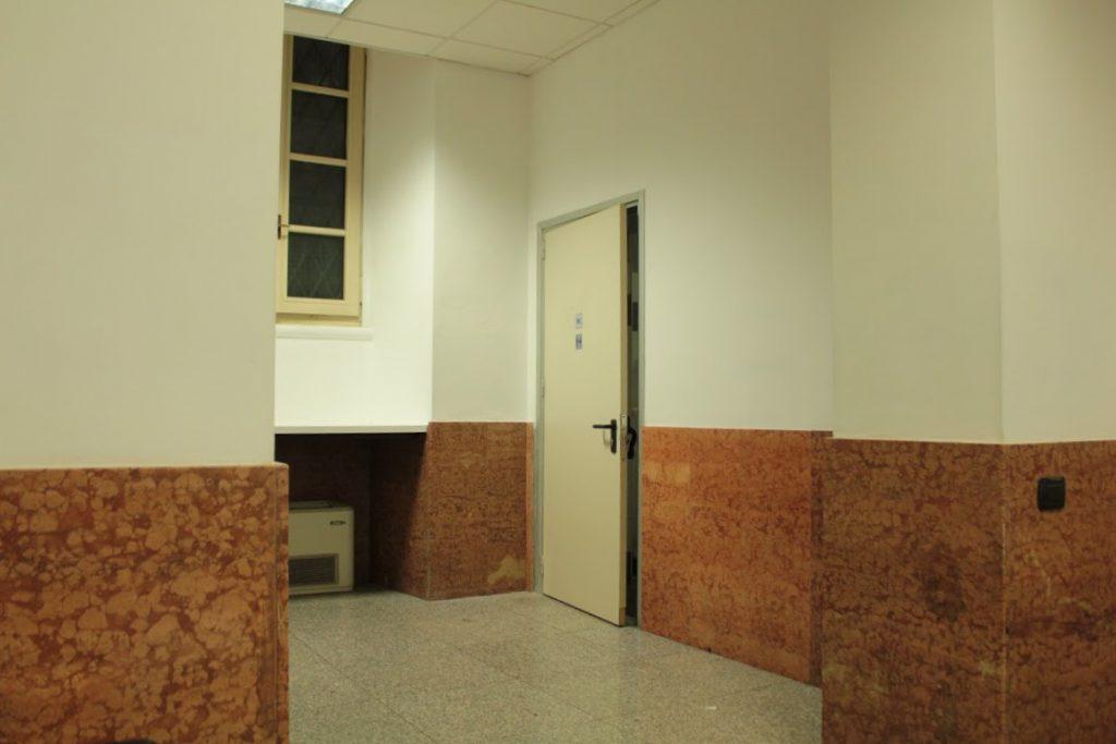ミラノの警察 ガラガラの待合室