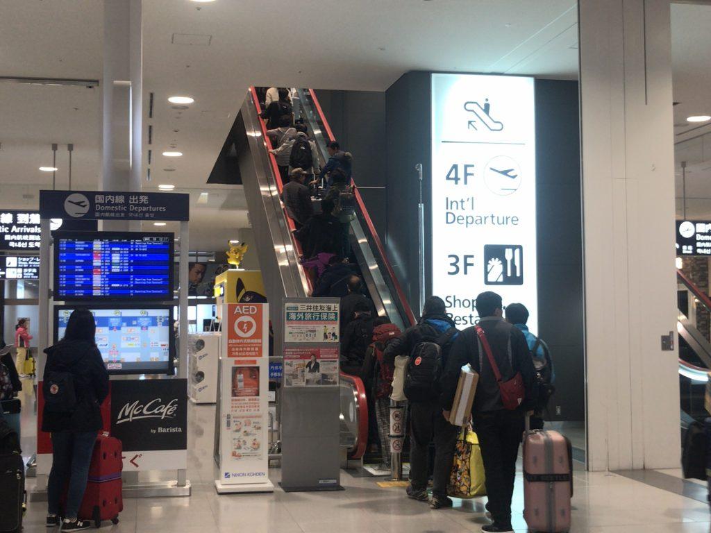 第1ターミナルの国内線到着ロビー前のエスカレーター