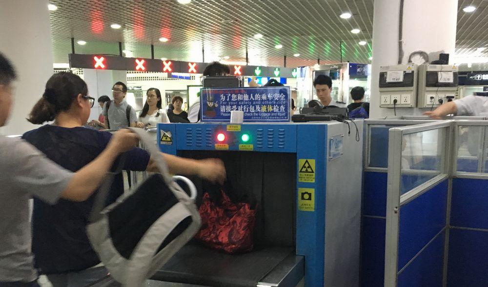 北京ではよく見かける駅の荷物検査