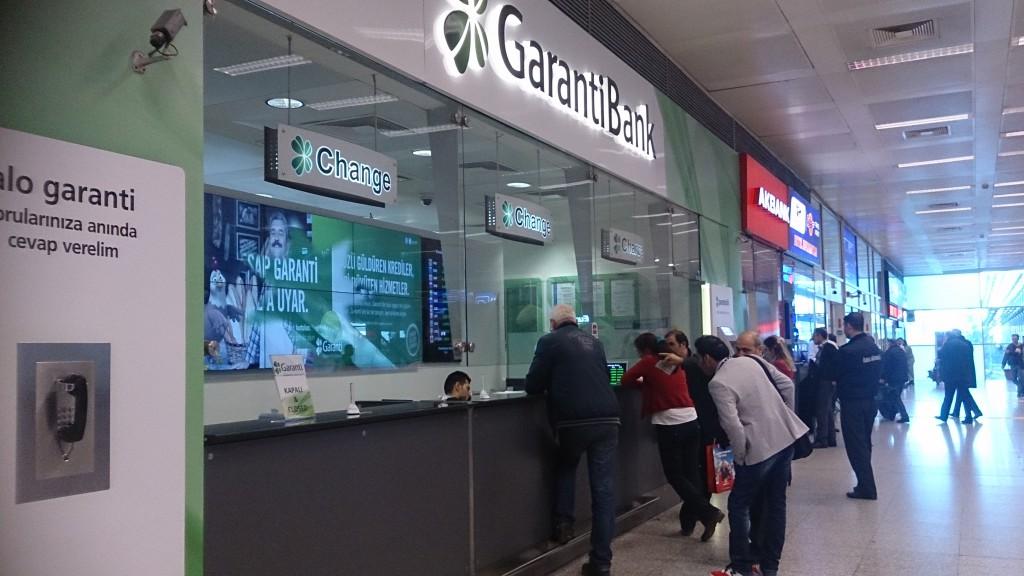 空港の到着ロビーにある銀行窓口