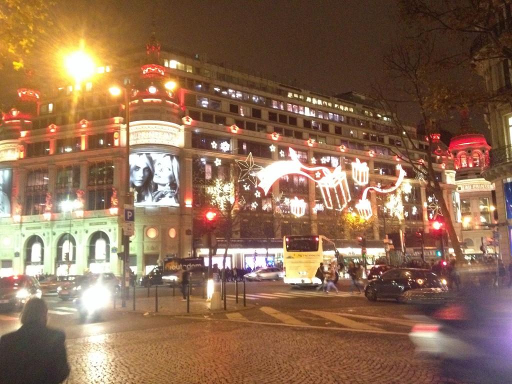 パリ老舗百貨店もクリスマスの装い