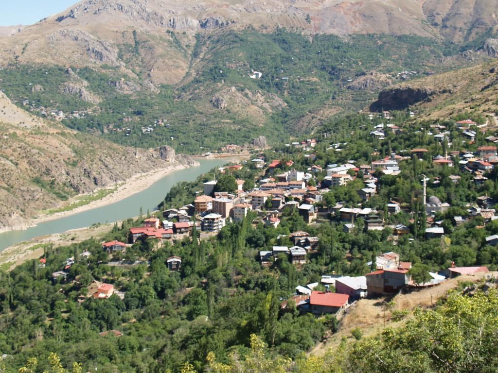エルジンジャン県内の街ケマリエからユフラテス川の源流を望む