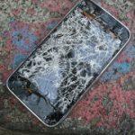 ヘルシンキの石畳にスマホを落とし、保険で修理。