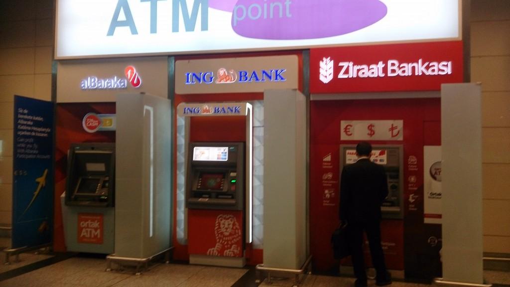 空港の到着ロビーに並んでいる各銀行のATM