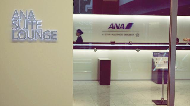 上品な雰囲気が漂う「ANA SUITE LOUNGE」は座っているだけでいい