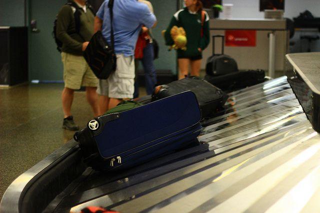 搭乗時に預けたスーツケースが破損、旅行保険の補償を受ける