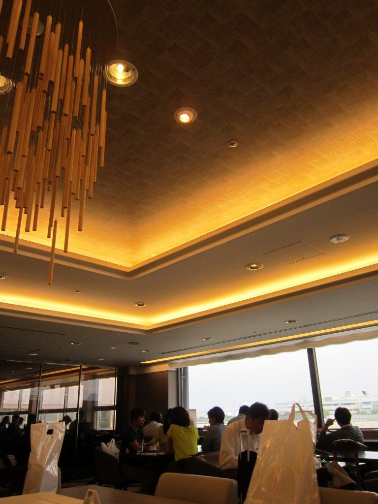 関西国際空港サクララウンジは、窓が大きくて明るいラウンジ