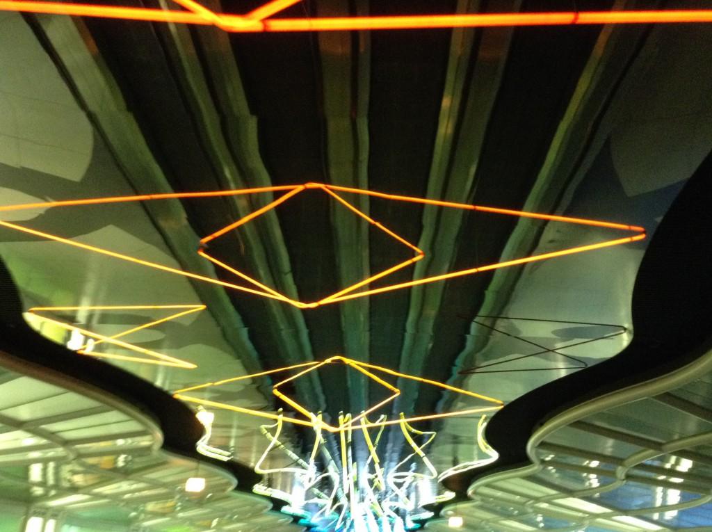 シカゴの空港で迷ったときに発見した電飾沢山の通路