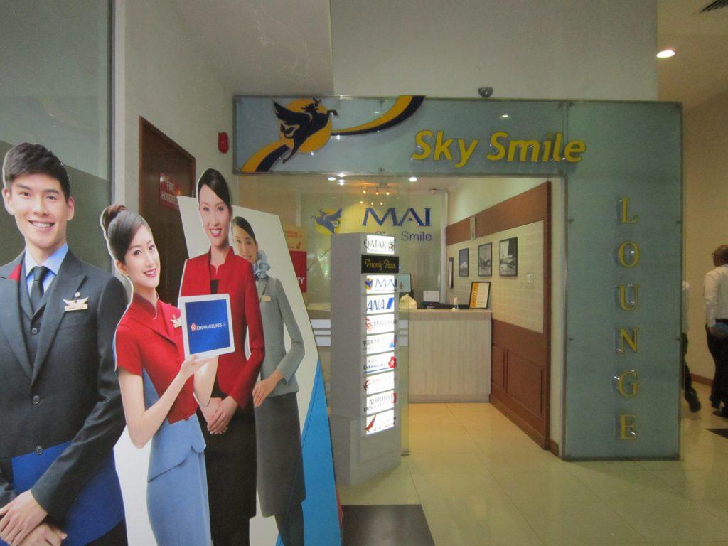 ヤンゴン国際空港スカイスマイルの入り口。航空会社のロゴを持った女性アテンダントのポップアップが並んでいる。