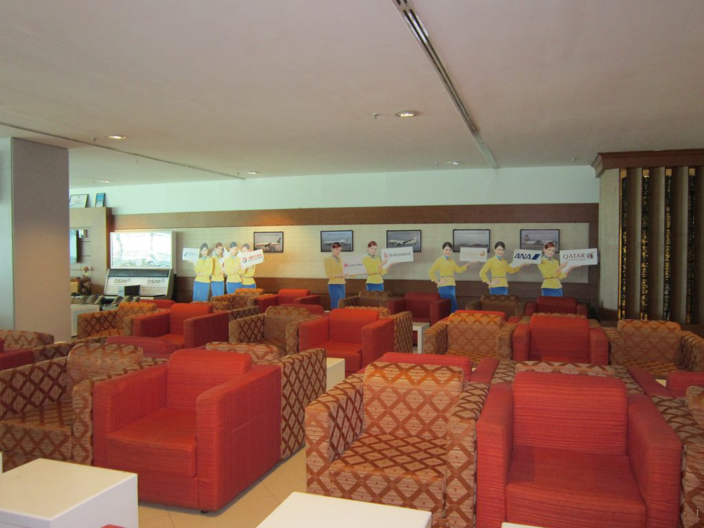 ヤンゴン国際空港スカイスマイル ソファは約60席