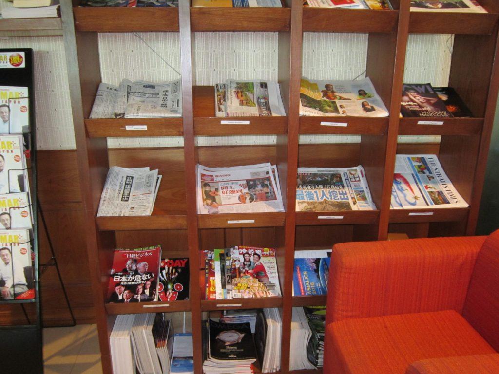 ヤンゴン国際空港スカイスマイル 新聞雑誌は日本語、中国語。