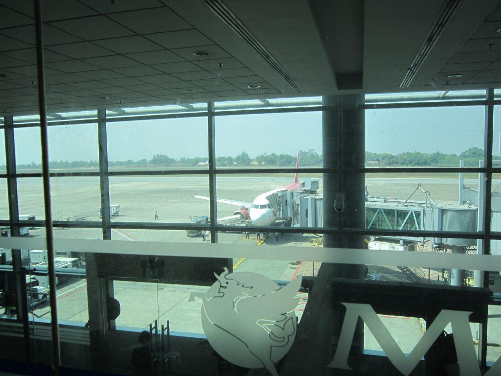ヤンゴン国際空港スカイスマイル 滑走路が良く見える席もある