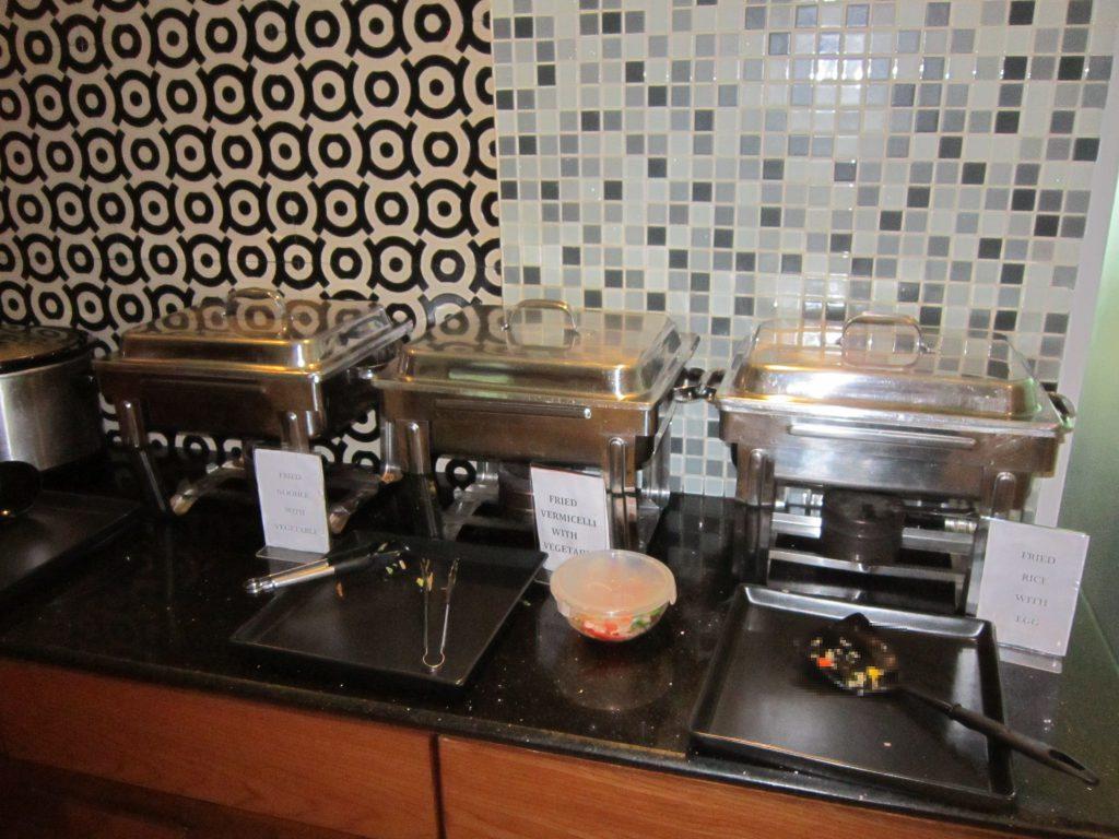 ヤンゴン国際空港スカイスマイル 食事はミャンマー焼きそばからインスタントラーメンまで