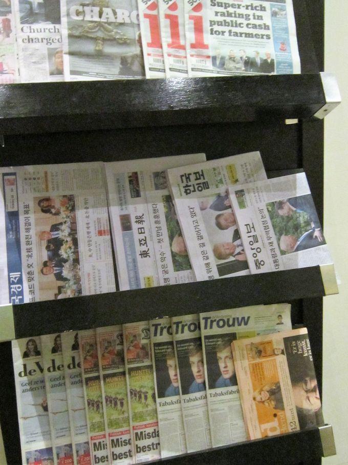 クアラルンプール国際空港ゴールデンラウンジに置いてある新聞