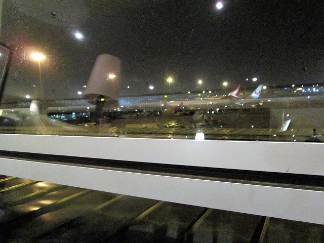クアラルンプール国際空港ゴールデンラウンジ 窓から観た夜の空港