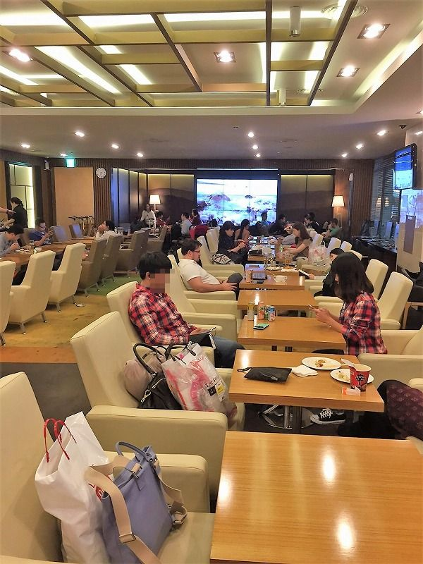 >仁川空港のスカイハブラウンジは、ビジネスマンからカップル、家族連れまで利用する、カジュアルなラウンジ&#8221; width=&#8221;500&#8243; class=&#8221;alignnone size-full wp-image-6560&#8243; /></a></p> <p>利用客は、ビジネスパーソン風の西洋人男性から、アジア系の若いカップル、こども連れの夫婦などさまざま。ラウンジといってもかしこまった雰囲気ではなく、カジュアルで和やかな雰囲気です。</p> <p>1時間ほどの滞在で、私は食事をメインに楽しみましたが、本を読んだりパソコンで仕事をしたり、いろいろな使い方ができます。また利用したいです♪</p> <script type=