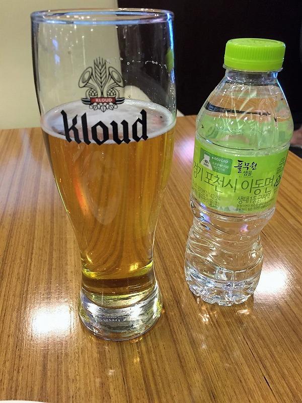 ビールは自分でサーバーから注ぐ。ビールグラスが大きい!仁川空港のスカイハブラウンジ