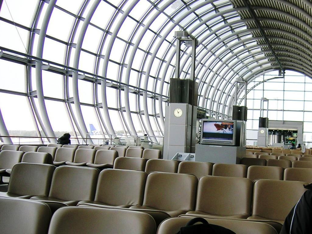 がらんとした仙台空港のロビー