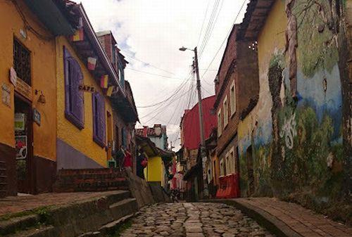 コロンビア 旧市街地カンデラリアの美しい石畳が続く通り