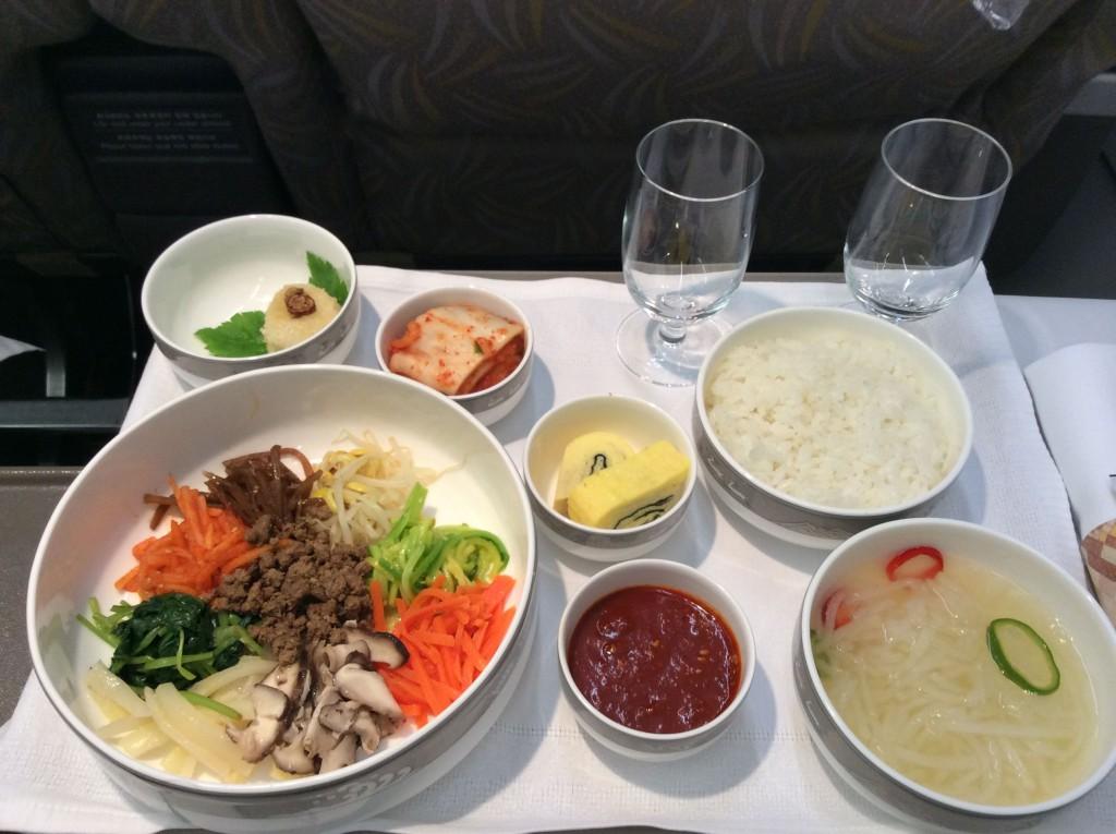 NRT-ICN便での機内食。このアシアナのビビンパはおいしいです。キムチやコチュジャンもあります。