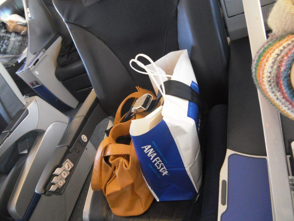 ANAプレミアムクラス 荷物も、生意気に1席使用!