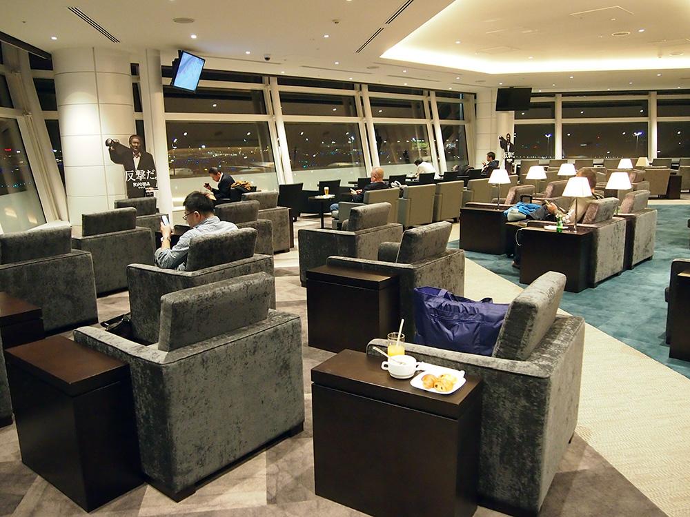 羽田空港HND_TIAT LOUNGE ANNEX SKY LOUNGE 座席がすべて窓に向いている