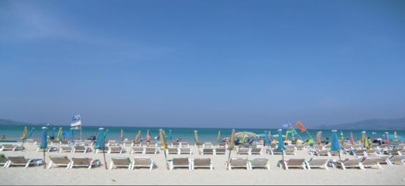 パトンビーチの様子 ※2015年訪問の時にはパラソル・チェアは撤去されていました