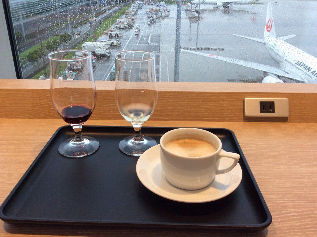 ある日の羽田・JALサクララウンジ(サテライト)にて。朝からワインの飲み比べ、そしてコーヒー。